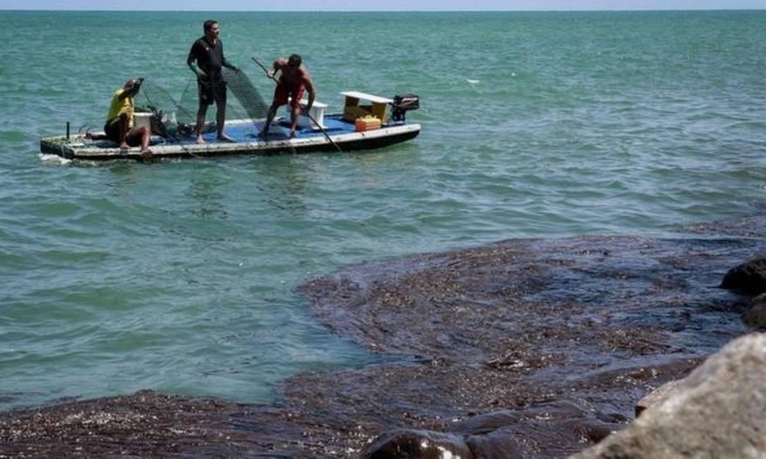 O óleo já atingiu mais de 450 praias do litoral nordestino, como a de Paulista (PE), e chegou ao Espírito Santo Foto: Leo Malafaia / AFP