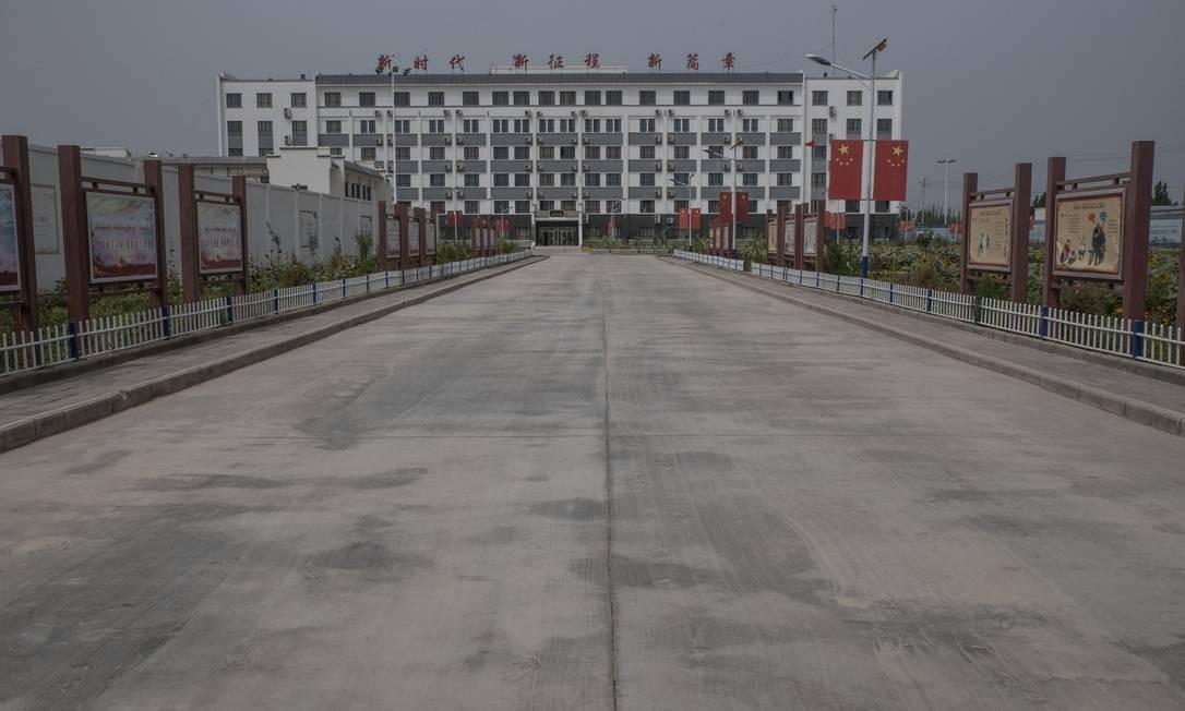 Centro de reeducação para a minoria uigur em Hotan, na província chinesa de Xinjiang. Segundo estimativas, mais de um milhão de uigures, cazaques e outras minorias foram levados a locais como esse na China Foto: GILLES SABRIE / NYT
