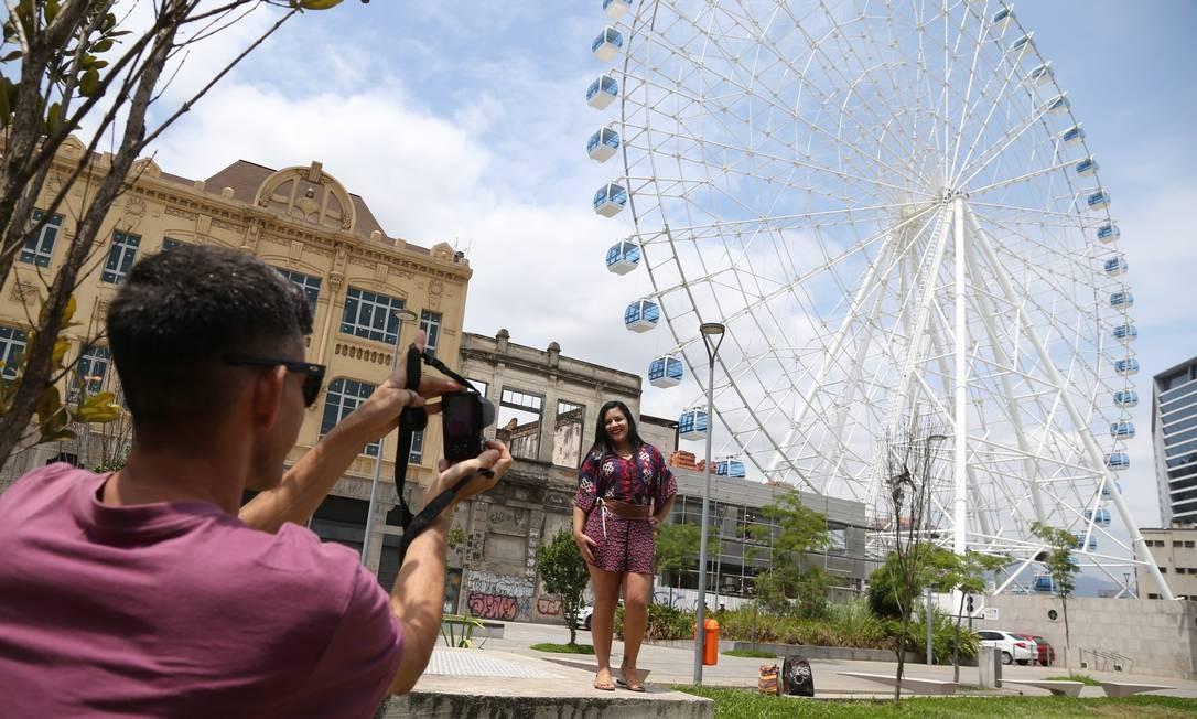 Vanessa Targino e Waldnei Alves já começam a tirar fotos e curtir a roda gigante Rio Star antes dela ser inaugurada na área do Porto Foto: Pedro Teixeira / Agência O Globo
