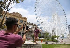 Vanessa Targino e Waldnei Alves já garantiram fotos com a roda gigante Rio Star antes dela ser inaugurada na área do Porto Foto: Pedro Teixeira / Agência O Globo