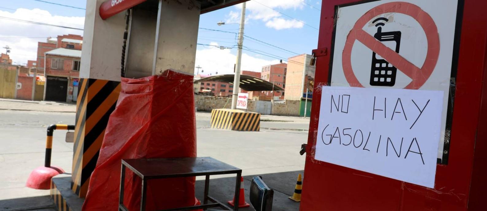 Cartaz avisa que não há combustível em posto na cidade de El Alto, próxima a La Paz. A cena se repetiu em várias cidades bolivianas neste domingo Foto: HENRY ROMERO / REUTERS