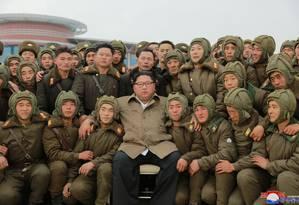 """Líder norte-coreano Kim Jong-un ao lado de unidade da Força Aérea do país, em foto divulgada neste domingo. EUA e Coreia do Sul adiaram série de exercícios militares como um """"ato de boa vontade"""" à Coreia do Norte Foto: KCNA / via REUTERS"""