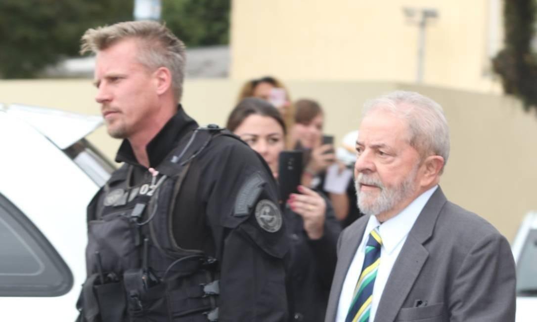 O agente da Polícia Federal, Jorge Chastalo, e Lula Foto: Theo Marques/UOL/Folhapress
