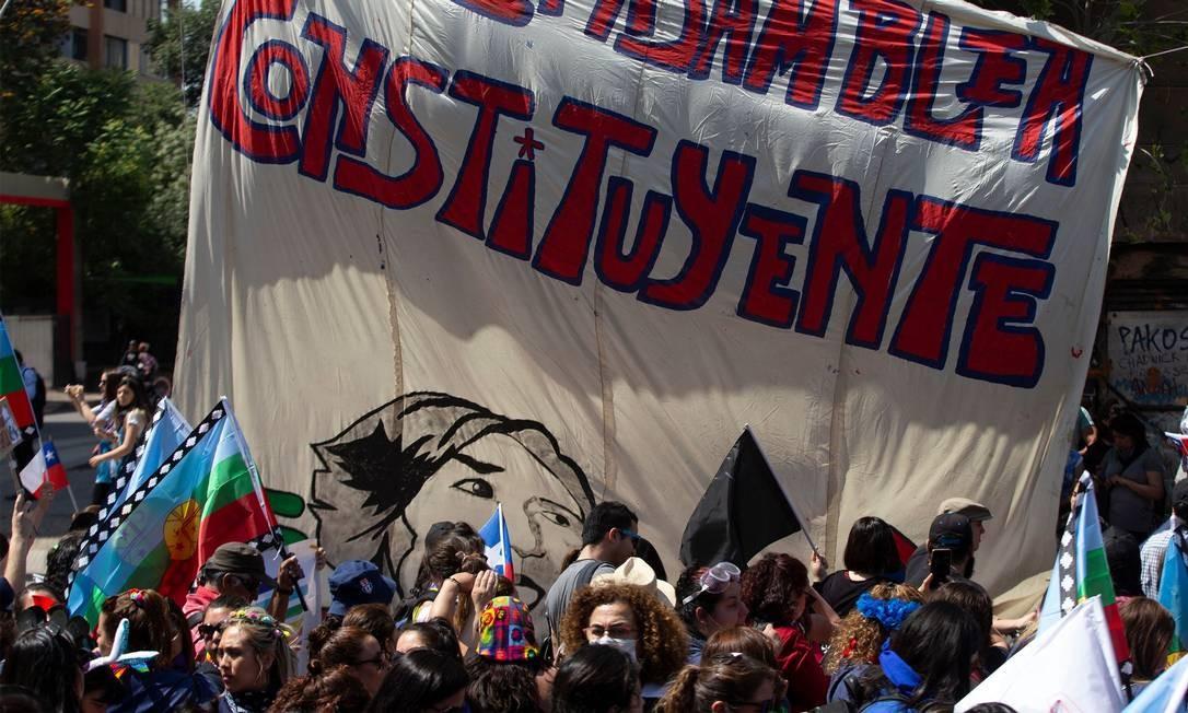 """Cartaz com a frase """"Por uma Assembleia Constituinte"""" visto durante manifestação em Santiago Foto: CLAUDIO REYES / AFP/12-11-2019"""