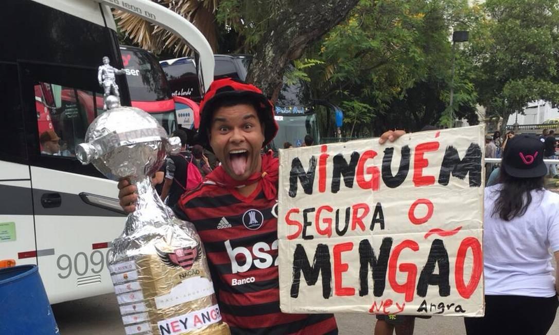 Torcedor Valdiney Lima saiu de Angra dos Reis para embarcar na excursão dos flamenguistas Foto: Rodrigo Castro