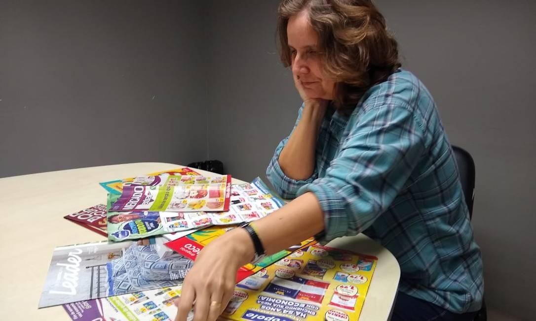 A roteirista Izaura Alice consulta os encartes antes de ir às compras Foto: Reprodução/ Agência Globo
