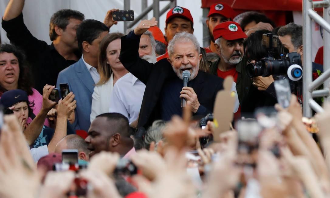 Lula faz seu primeiro discurso para apoiadores assim que deixa a sede da Polícia Federal, no dia 8 de novembro Foto: RODOLFO BUHRER / REUTERS