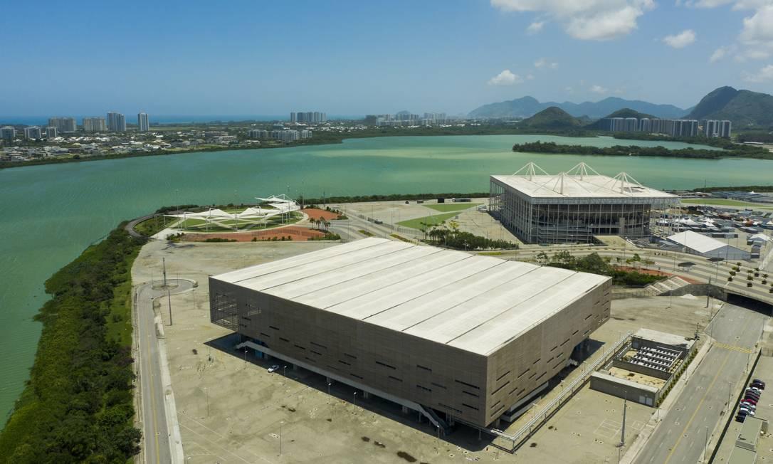 O complexo na Barra erguido para os Jogos de 2016: em destaque, a Arena do Futuro, e, ao fundo, a Arena do Futuro, que deveriam ter sido desmontados para virar escolas e equipamentos esportivos Foto: Gabriel Monteiro / Agência O GLOBO