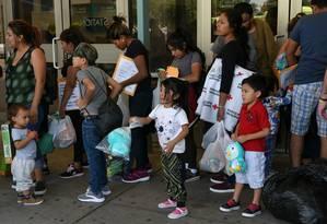 Familias centro-americanas recém-liberadas de centros de detenção nos EUA Foto: LOREN ELLIOTT / Reuters / 24-07-2019