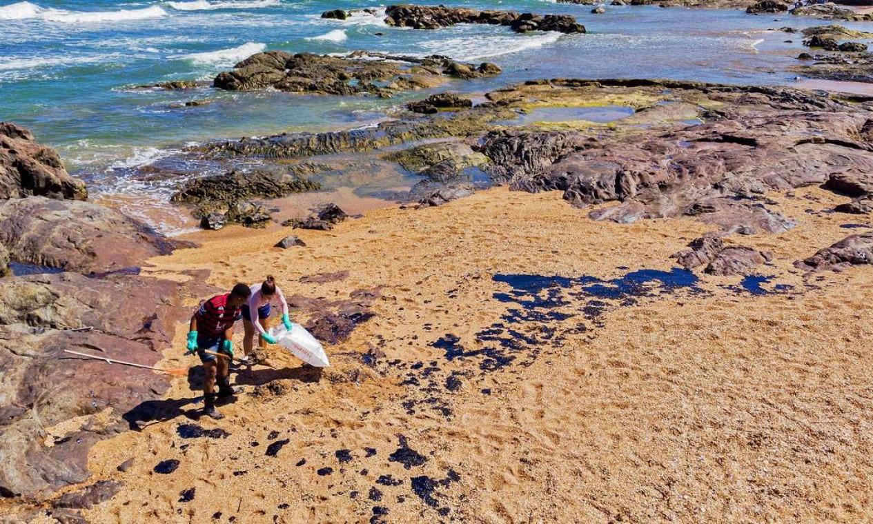 Voluntários removem petróleo derramado na Praia de Busca Vida, em Camaçari, Bahia Foto: MATEUS MORBECK / AFP - 03/11/2019