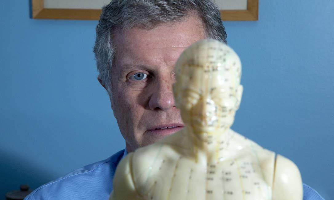 O médico Marcus Vinícius Ferreira aplica acupuntura e o agulhamento a seco em suas sessões Foto: Bruno Kaiuca / Bruno Kaiuca