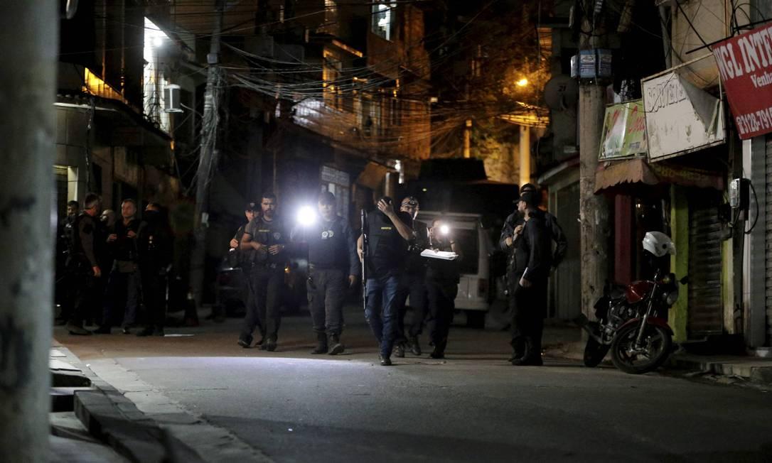 Policiais no Alemão, chegando para a reconstituição Foto: Domingos Peixoto / Agência O Globo