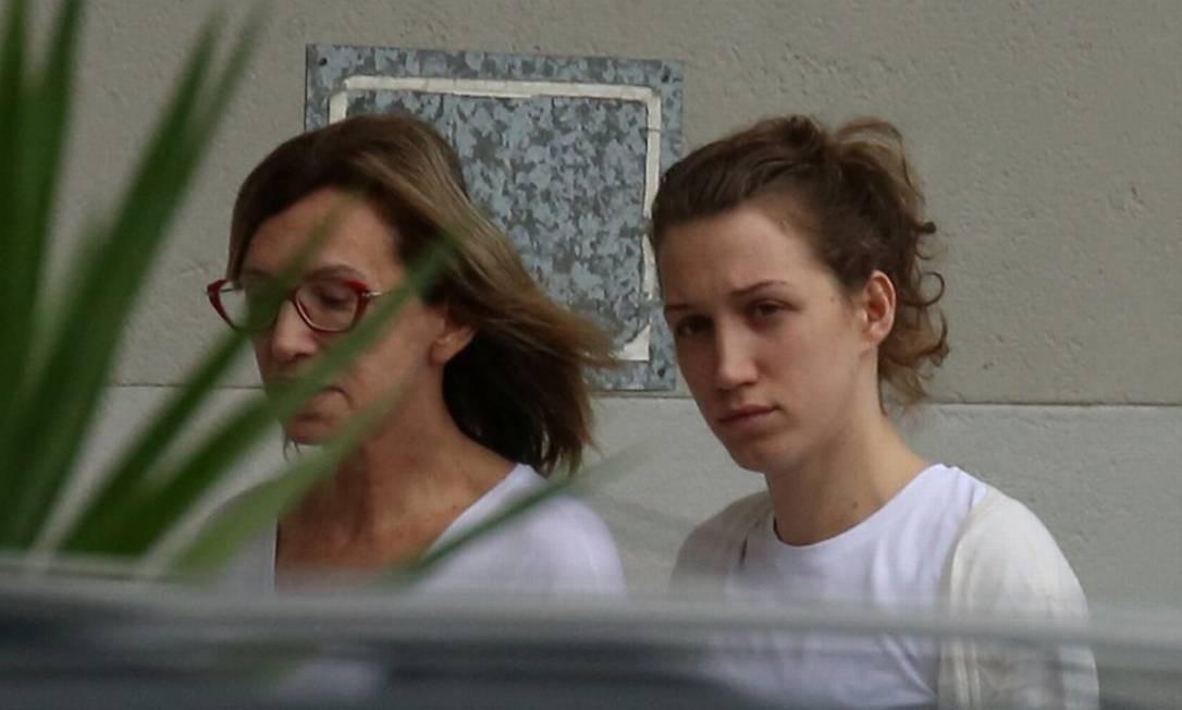 Myra de Oliveira Athayde, namorada do doleiro Dario Messer, foi presa pela Polícia Federal. A mãe dela, Alcione Athayde (de óculos), també foi alvo da ação Foto: FABIANO ROCHA / Agência O Globo