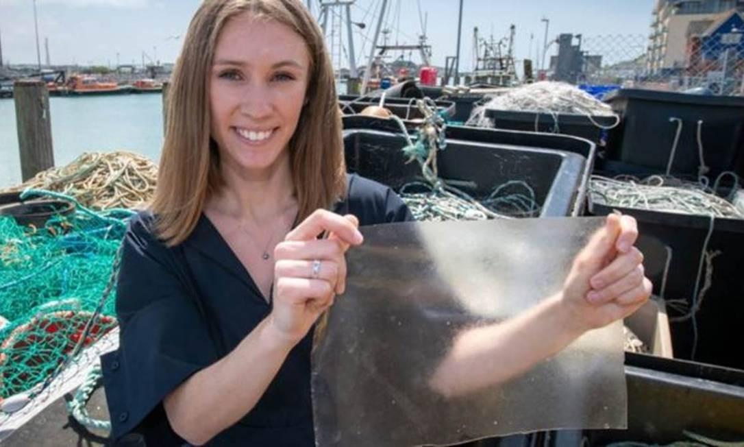 Designer britânica Lucy Hughes, de 24 anos, criou alternativa ao plástico feita de restos de peixe que é biodegradável Foto: DYSON IMAGERY