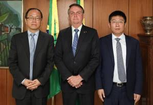 O presidente Jair Bolsonaro com o CEO da Huawei para a América Latina, Zou Zhilei (à esquerda), e o presidente da Huawei do Brasil, Yao Wei (à direita) Foto: Marcos Correa/PR