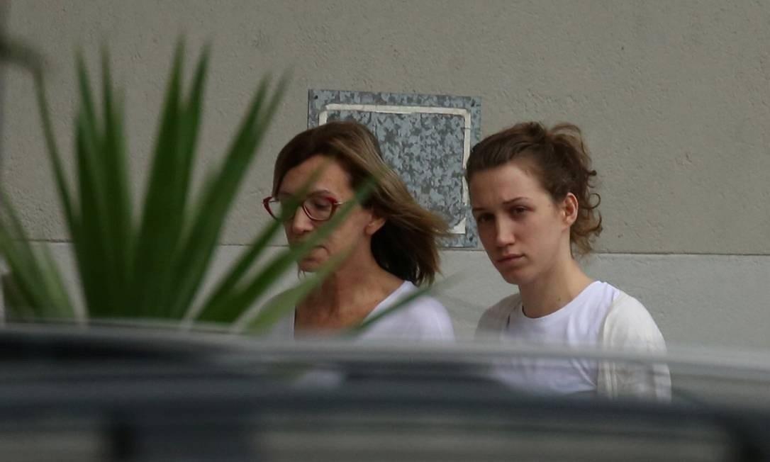 Myra de Oliveira Athayde, namorada do doleiro Dario Messer, e a mãe dela, Alcione Athayde (de óculos) Foto: FABIANO ROCHA / Agência O Globo