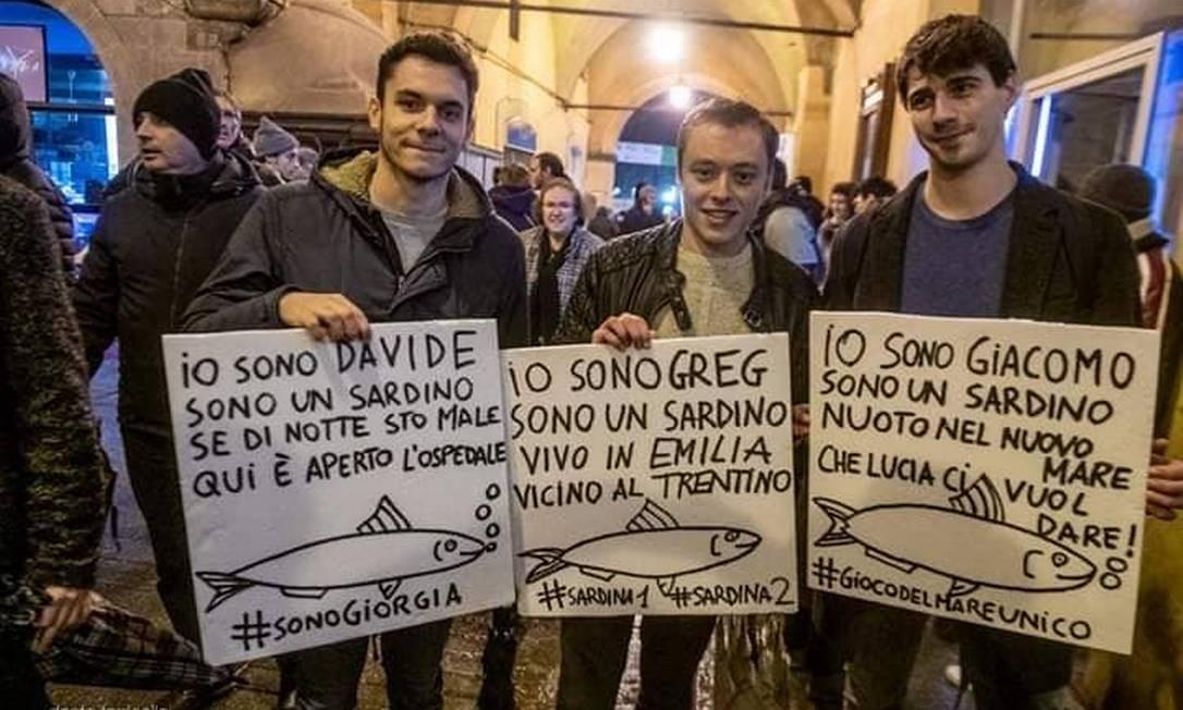 Cartazes vistos em uma das manifestações das 'sardinhas' na Itália Foto: Reprodução do Facebook