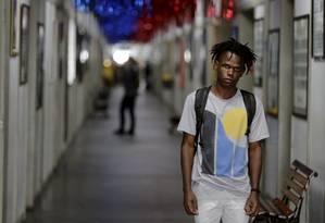 Alan Gangana, de 23 anos, é aluno de Direito na Uerj, um dos cursos em que os negros são minoria Foto: MARCELO THEOBALD / Agência O Globo