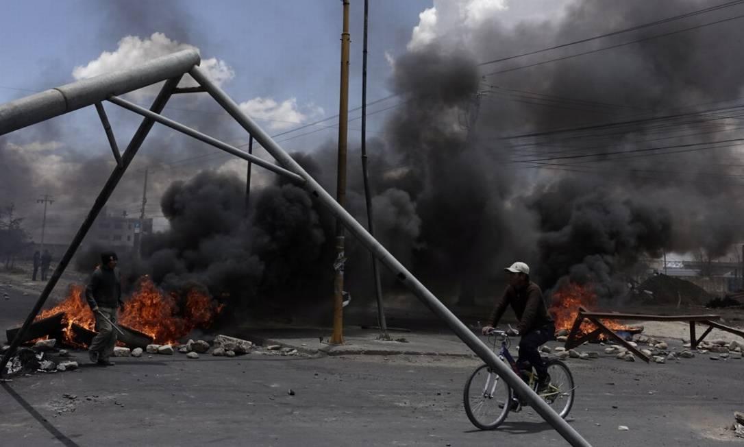 Fumaça na entrada da fábrica em Sankata, palco dos confrontos na terça-feira Foto: DAVID MERCADO / REUTERS / 19-11-2019