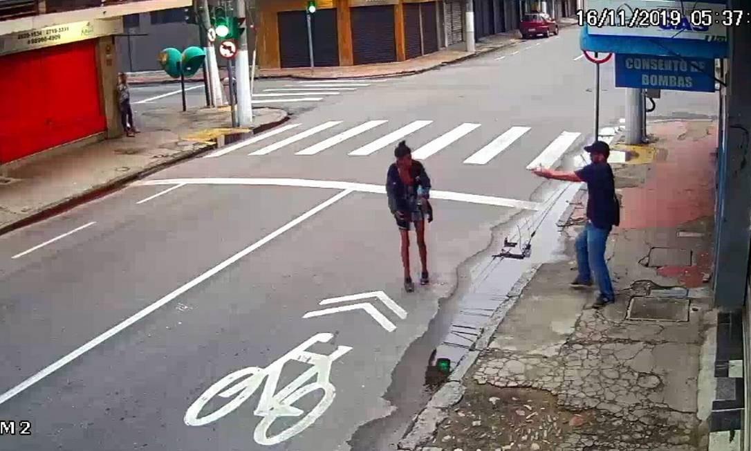 Imagem de câmera de segurança mostra o momento em que Aderbal saca a arma e atira em Zilda Leandro Foto: Reprodução