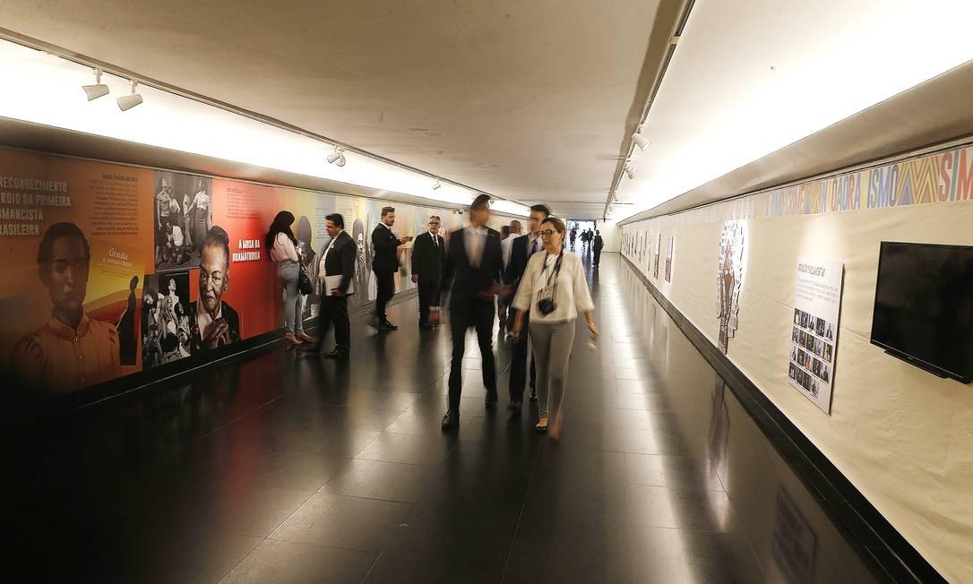 Murais com fotos e charges sobre o Dia da Consciência Negra, no corredor que dá acesso as comissões da Câmara. Foto: Jorge William / Agência O Globo