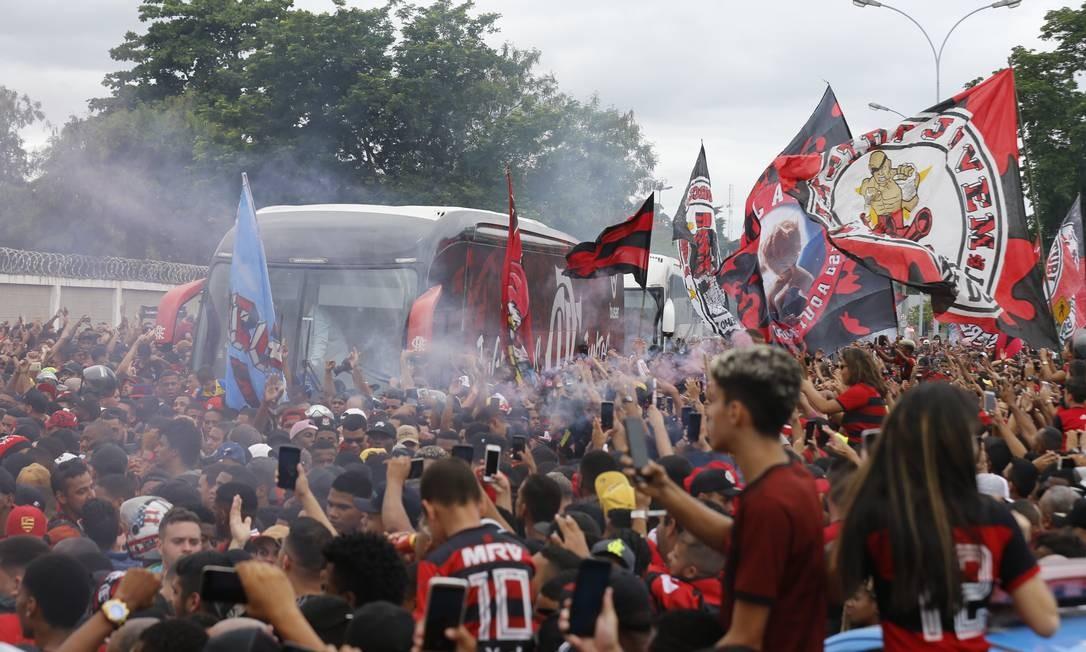 Torcida do Flamengo recebe o time no aeroporto Foto: MARCELO THEOBALD / MARCELO THEOBALD