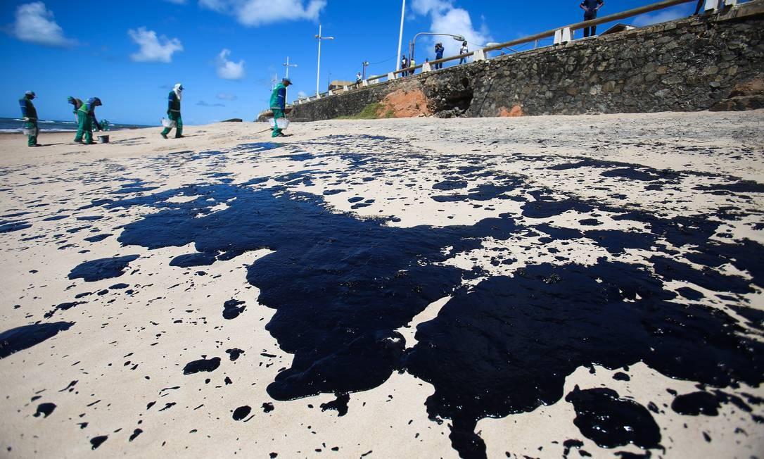 Óleo atingiu litoral nordestino e algumas praias do Espírito Santo. Na foto, manchas das areias de Salvador. Foto: Tiago Caldas / Fotoarena