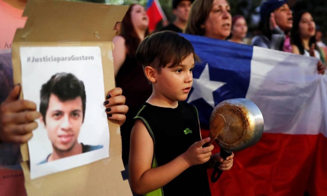 Manifestação de apoio a Gustavo Gatica (no cartaz) em sua cidade, La Colina, na periferia de Santiago Foto: JORGE SILVA / REUTERS/10-11-2019