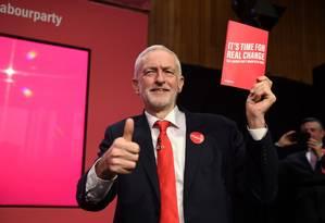Líder trabalhista Jeremy Corbyn segura manifesto lançado nesta quinta-feira Foto: OLI SCARFF / AFP