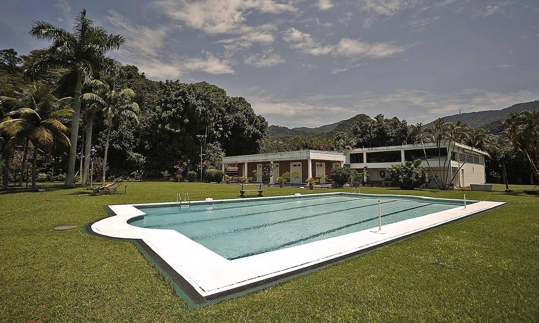 Área da piscina conta também com sauna seca, dois banheiros e vestiários separados, copa de apoio e churrasqueira Foto: Divulgação