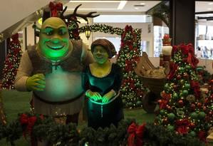 Shrek e Fiona enfeitam o shopping Nova América, em Del Castilho Foto: Guito Moreto / Agência O Globo