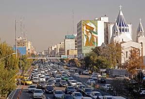 Congestionamento em via expressa de Teerã nesta quinta-feira. Após forte repressão nos últimos dias, protestos diminuíram de tamanho ao longo da semana. Anistia Internacional fala em mais de 100 mortos Foto: - / AFP