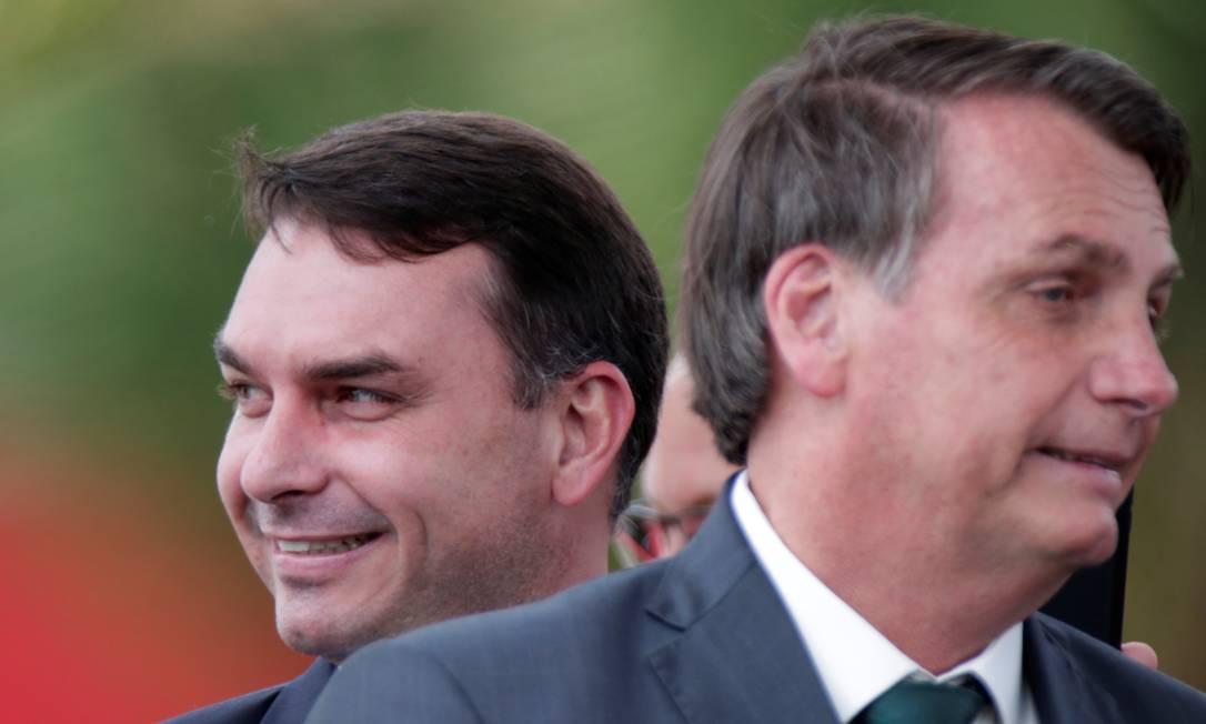 O presidente Jair Bolsonaro e o senador Flávio Bolsonaro Foto: UESLEI MARCELINO / REUTERS