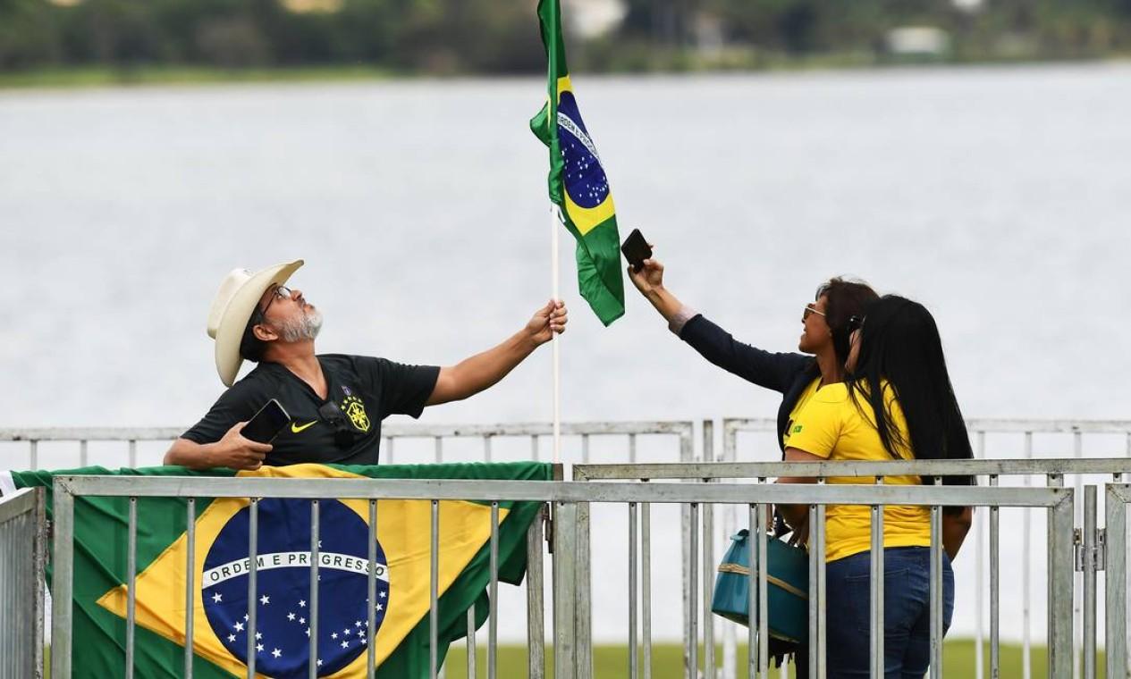 Evento de lançamento do novo partido de Bolsonaro atraiu militância conservadora para área próxima a hotel de luxo onde foi realizada a cerimônia Foto: EVARISTO SA / AFP