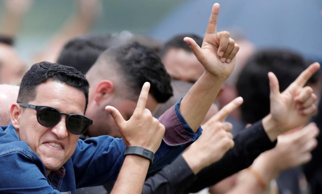 Seguidores de Bolsonaro fazem gesto de arma durante o evento de lançamento do partido Aliança pelo Brasil Foto: UESLEI MARCELINO / REUTERS