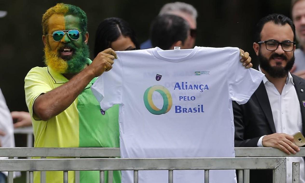 Apoiador do presidente Jair Bolsonaro exibe camisa com nome do novo partido, Aliança pelo Brasil, durante evento de lançamento da legenda, nesta quinta-feira, em hotel de luxo em Brasília Foto: Jorge William / Agência O Globo