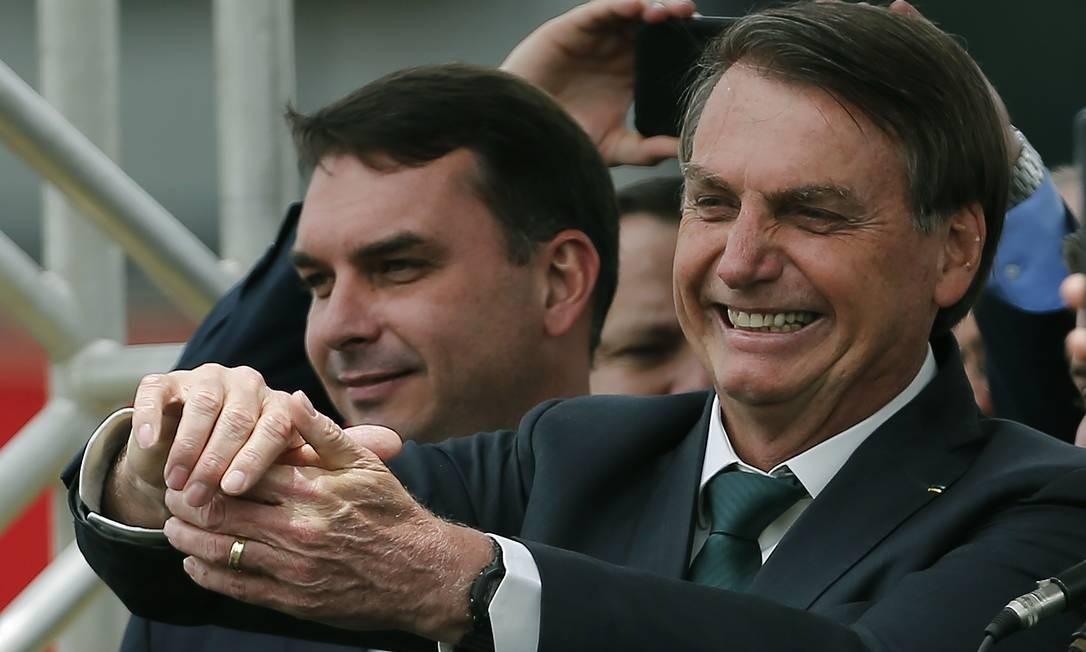 O presidente Jair Bolsonaro, acompanhado do filho, o senador Flávio Bolsonaro, no evento de criação da Aliança pelo Brasil Foto: Jorge William / Agência O Globo