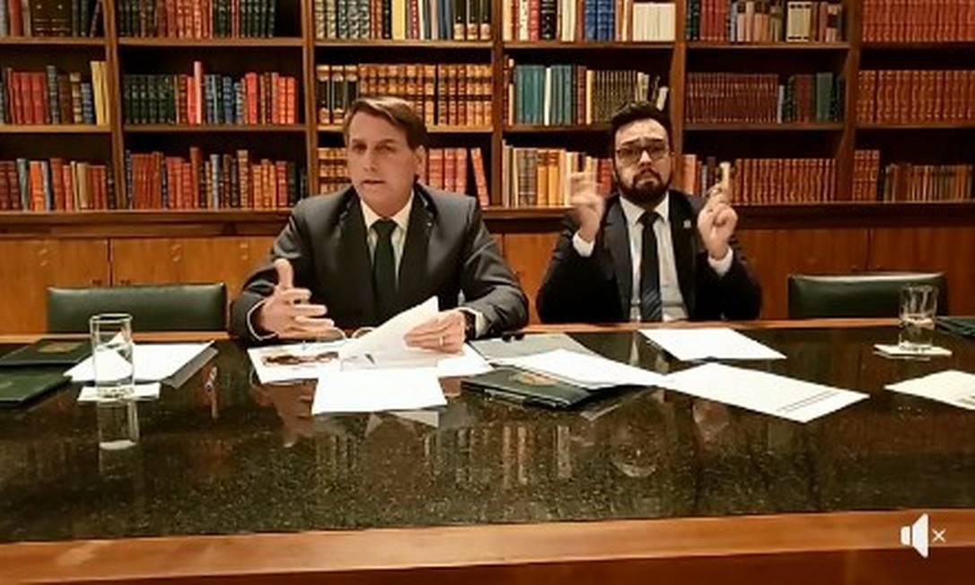 Bolsonaro durante transmissão ao vivo no Facebook Foto: Reprodução