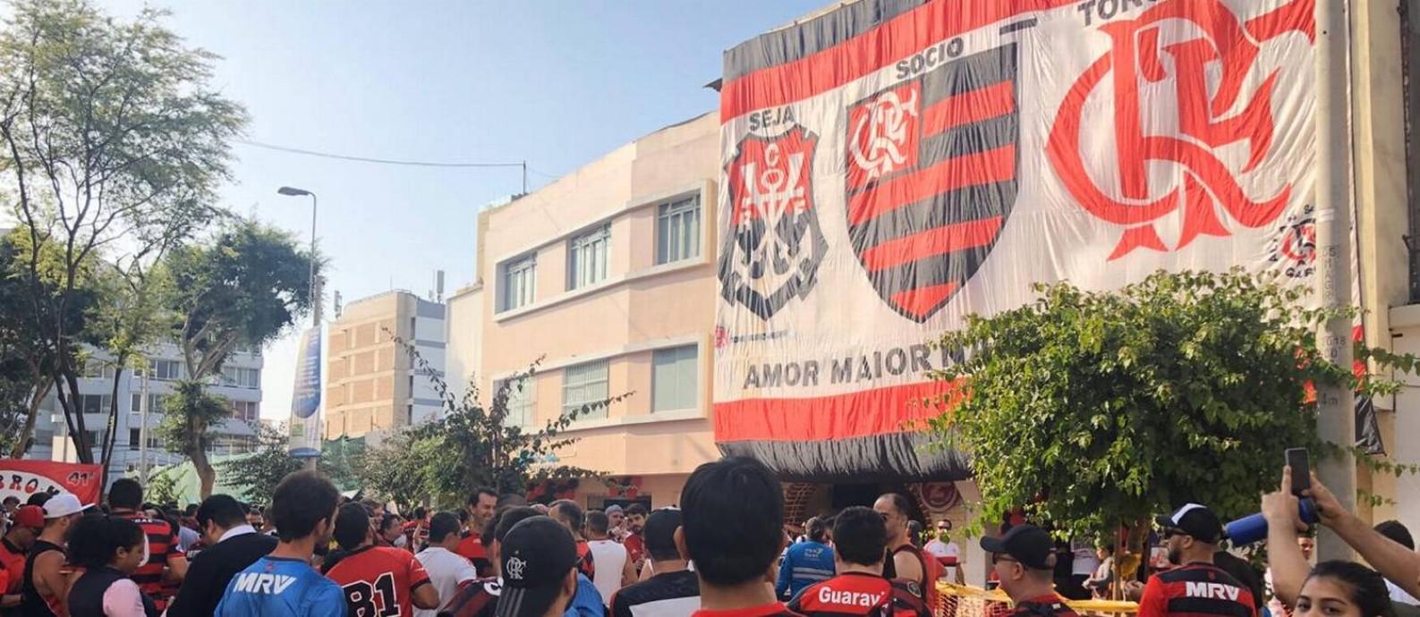 Bandeirão do Flamengo é estendido em Lima Foto: Diogo Dantas