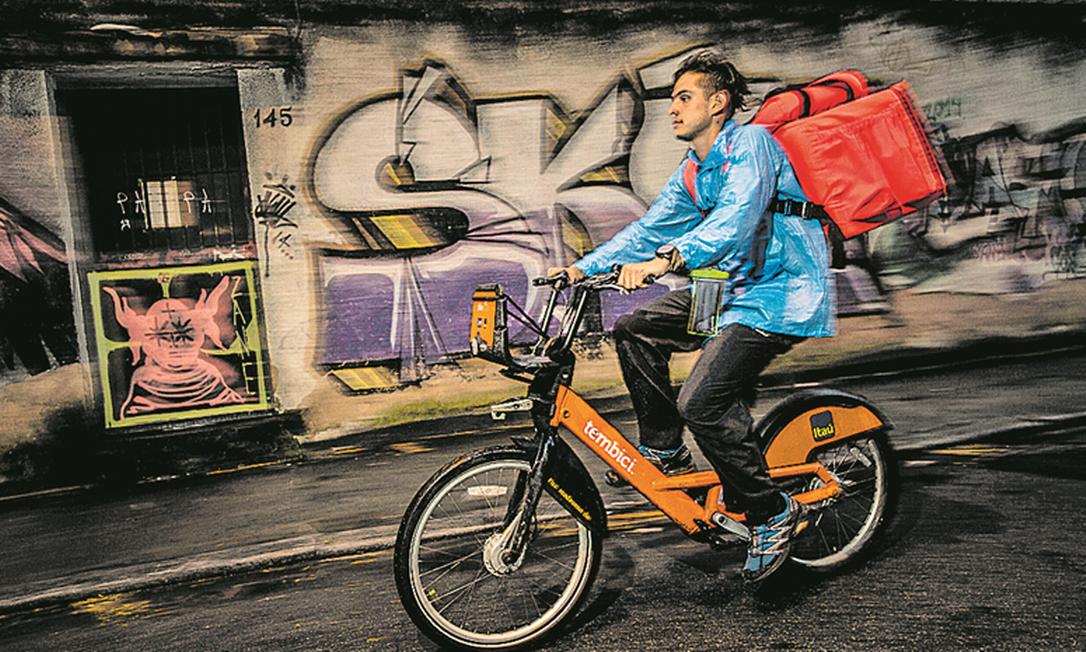No mercado de 'delivery', o preço permanece estável, em R$ 14, mas o número de usuários sobe Foto: Guito Moreto / Agência O Globo