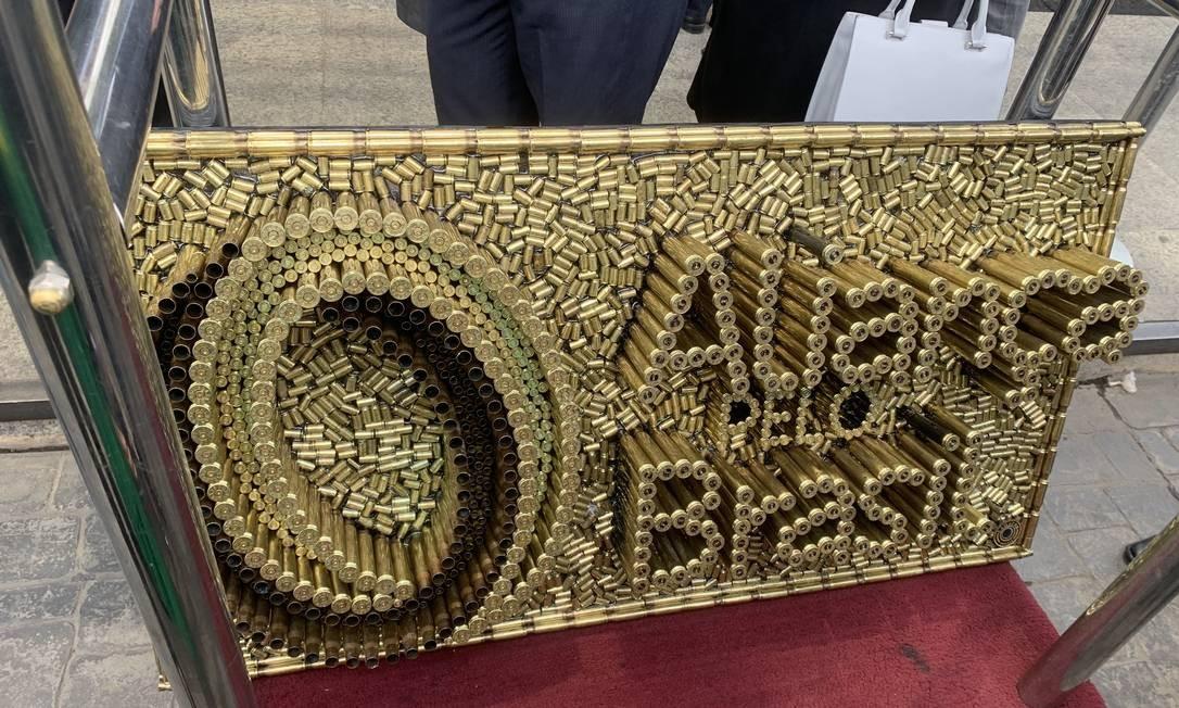 Bolsonaro ganhou do artesão Rodrigo Camacho uma placa com o nome Aliança pelo Brasil, feita com projéteis de diversos calibres Foto: Gabriela Vinhal / Metrópoles