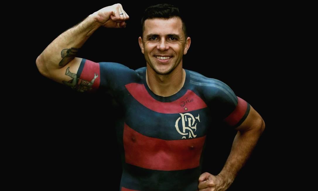 Além de camisa do clube tatuada por inteiro, o torcedor tem um autógrafo do craque Zico eternizado no peito, acima do CRF entrelaçado, do lado esquerdo Foto: Marcelo Theobald / Agência O Globo