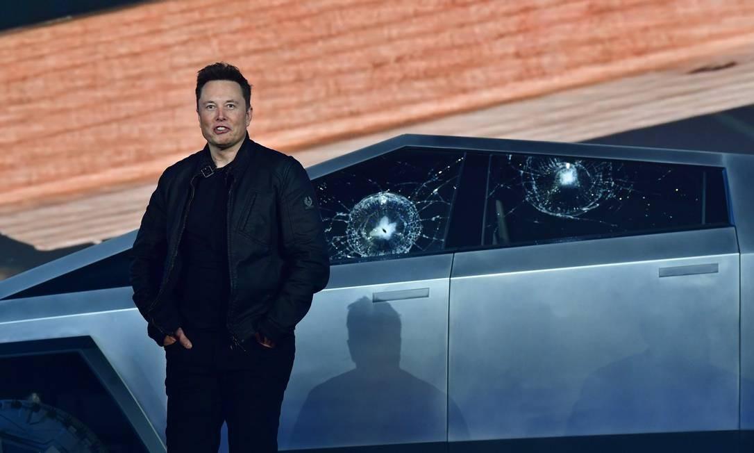 O dono da Tesla, Elon Musk, diante do Cybertruck, totalmente elétrico e à prova de balas, que teve o vidro estilhaçado no evento de apresentação Foto: Frederic J.Brown / AFP
