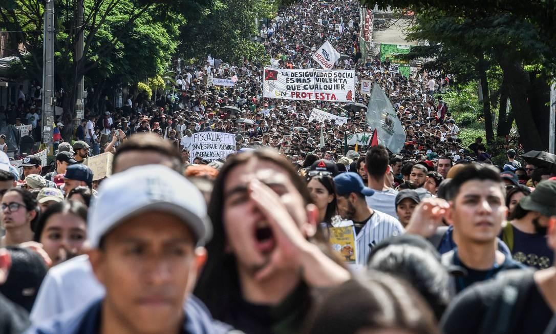 Manifestantes protestam contra reformas do presidente Iván Duque em Medellin, na Colômbia Foto: JOAQUIN SARMIENTO / AFP