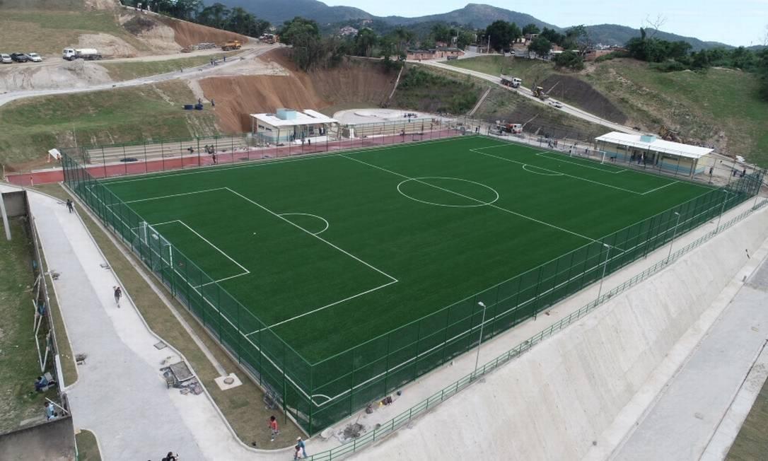 O campo de futebol de grama sintética do Complexo Esportivo Foto: Leonardo Simplício / Prefeitura de Niterói
