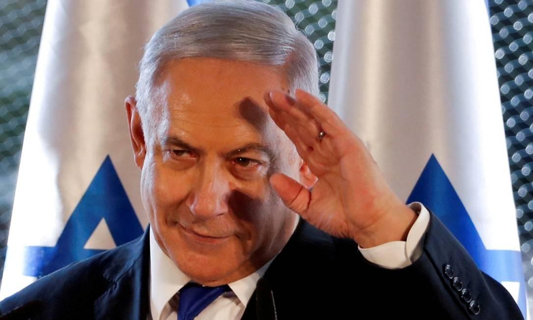 Benjanim Netanyahu acena a apoiadores durante evento em Hebron, na Cisjordânia. Apesar de ainda ter apoio no Likud, permanência dele no cargo parece cada vez mais complexa Foto: RONEN ZVULUN / REUTERS