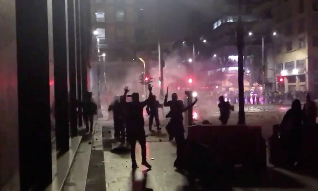 Manifestantes enfrentam polícia de choque durante a noite em Bogotá, na Colômbia Foto: MAURICIO VANEGAS @MAROVAAN / MAURICIO VANEGAS via REUTERS