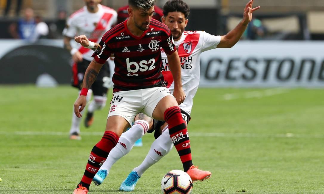 Arrascaeta proteje sua posse de bola Foto: PILAR OLIVARES / REUTERS