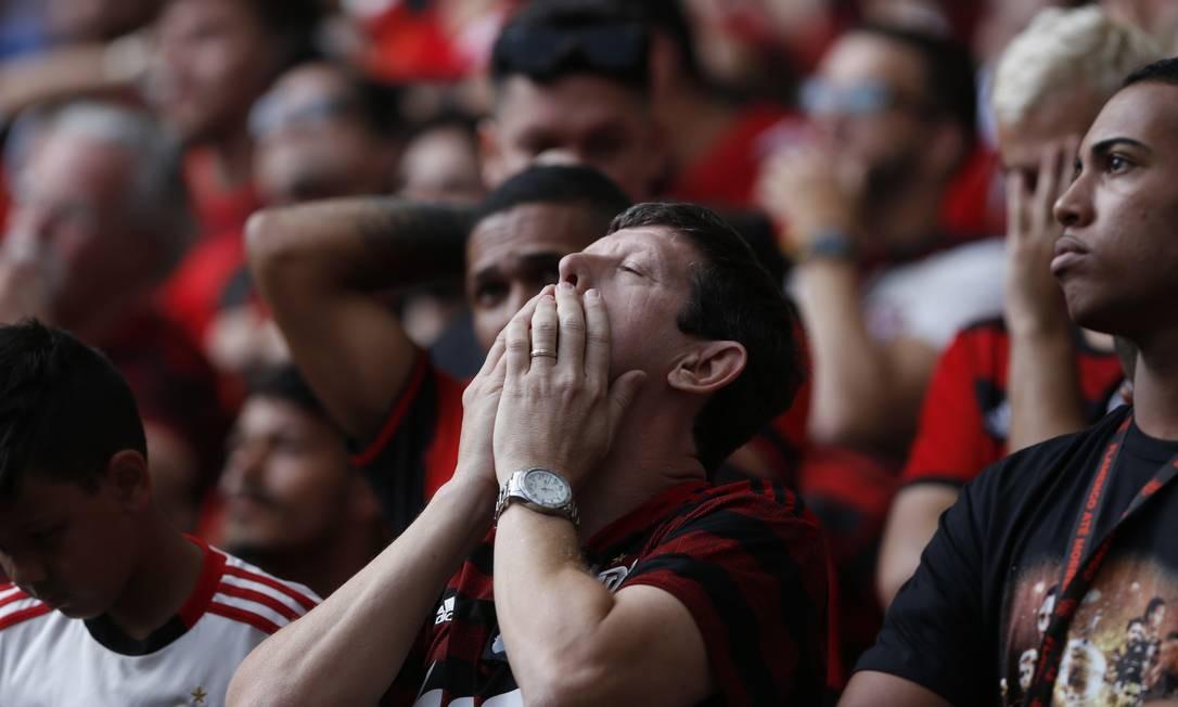 Um torcedor rubro-negro leva a mão ao rosto, demonstrando tensão durante o primeiro tempo do jogo Foto: Marcelo Theobald / Agência O Globo