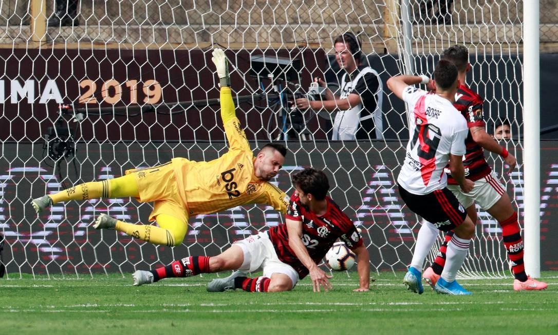 Num deslize da zaga rubro-negra, Borré chutou certeiro e abriu o placar da partida Foto: HENRY ROMERO / REUTERS